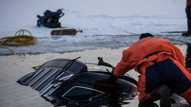 Легковушка с шестью людьми ушла под воду при обрушении моста в Приморье