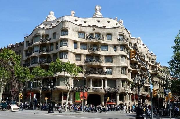 Невероятной формы жилой дом, созданный Антонио Гауди в Барселоне (Casa Milа).