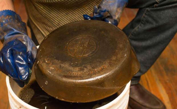 Берем ржавую сковородку, которая пролежала 50 лет в сарае и превращаем в новую: можно снова готовить