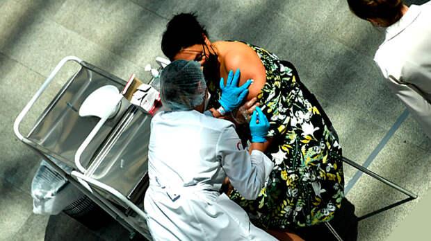 Святая женщина: Народ вступился за медсестру, вколовшую пациенту воду вместо ковид-вакцины