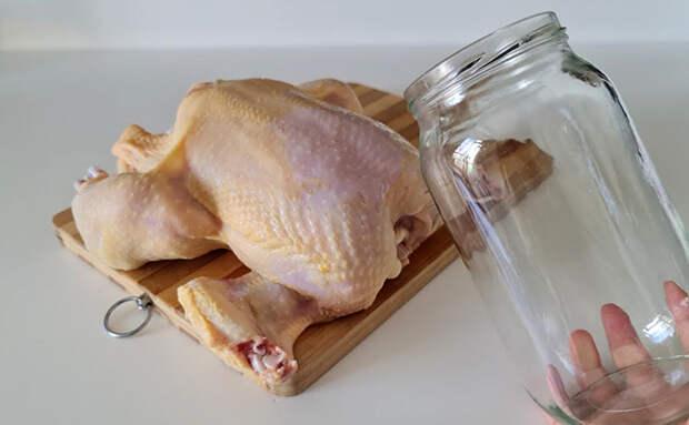 Запекаем целую курицу и гарнир одновременно. Используем стеклянную банку