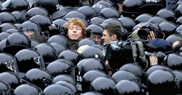 Каждый 6-7-й трудоспособный мужчина в России – силовик.Ничего не производит, а только охраняет и контролирует.