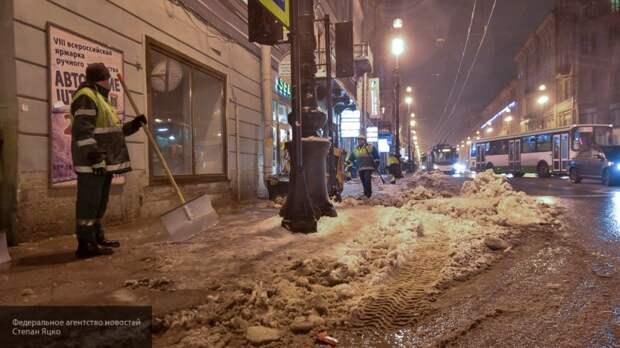 Больше тысячи дворников ликвидировали последствия воскресного снегопада в Петербурге