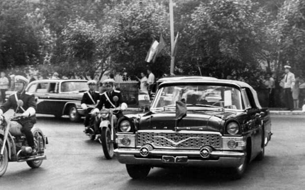 Советские «Чайки» стали одним из главных автомобилей для правительства СССР и стран Восточного блока. | Фото: mib55.livejournal.com.