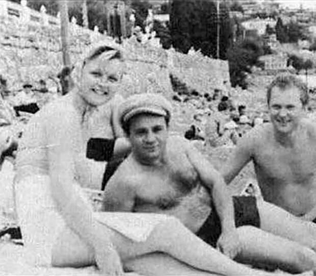 Советские актёры на отдыхе. Фото из их домашних архивов)