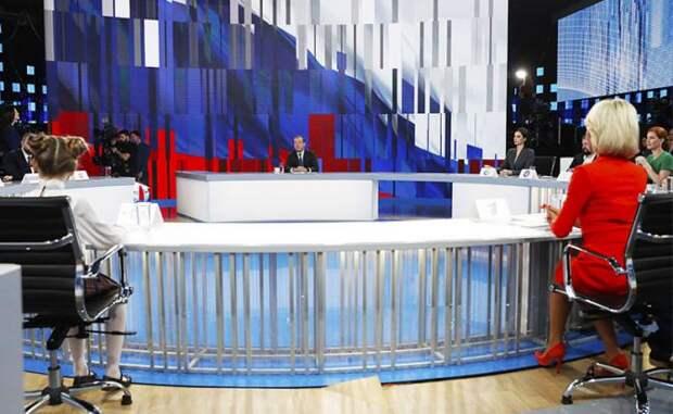 """На фото: премьер-министр РФ Дмитрий Медведев (в центре) во время ежегодного итогового интервью представителям 20 телеканалов в телецентре """"Останкино"""""""
