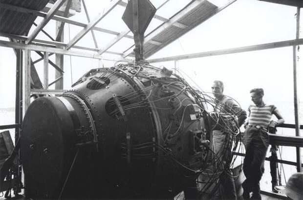Атомное испытание «Тринити». Заряд перед взрывом. 1945 г.