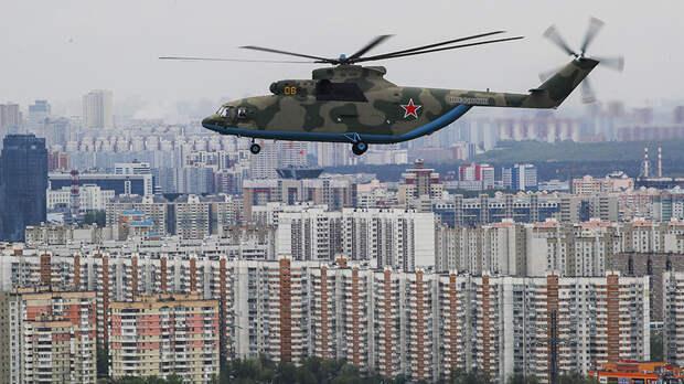 Военно-транспортный вертолет Ми-26 летит для участия в воздушном параде Победы в Москве, 9 мая 2020 года