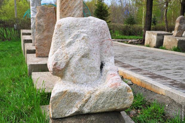 Влиятельные, близкие к кагану фигуры сидят, скрестив ноги, или стоят, держа в правой руке чашу