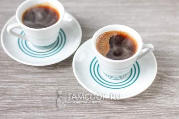 Налить кофе в чашки