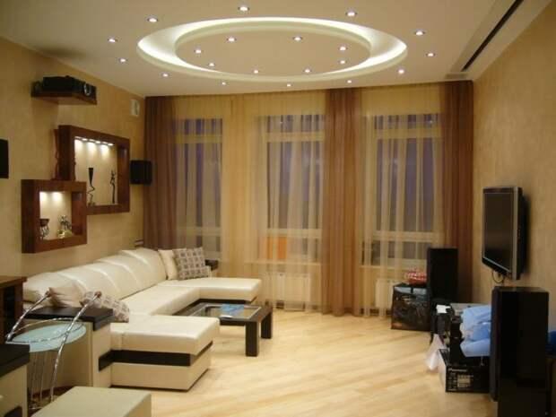 Интерьер гостиной комнаты в современном стиле, который напоминает офисный.