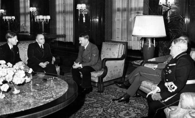 Деканозов [2-й слева] и Гитлер, 1940.