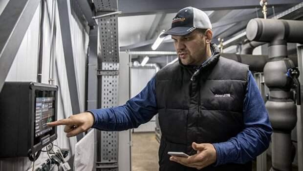 Генеральный директор ООО Белая Дача Фарминг Артем Беляев показывает оборудование в помещении для хранения картофеля в Тамбовской области
