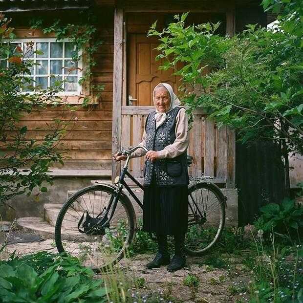 Ольга Ивановна куда угодно может приехать на велосипеде Изборск, варвара лозенко, русская деревня, фотография