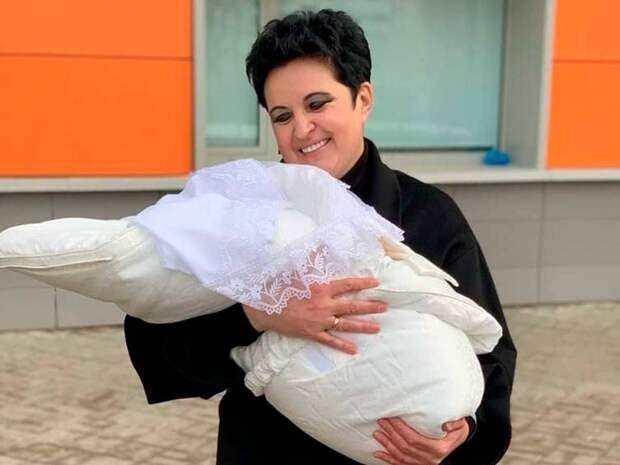 Финалистка «Битвы экстрасенсов» Елена Голунова стала матерью в возрасте 52 лет