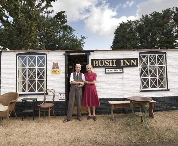 """Джон Парк построил паб """"Bush Inn"""" в стиле времен Второй мировой войны, подлинную атмосферу создают осветительные приборы 40-х годов Лучший сарай года, идея, конкурс, сарай, строитель, финалист, фото"""