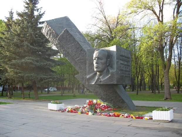 Памятник Д. М. Карбышеву в Москве, бульвар Генерала Карбышева.