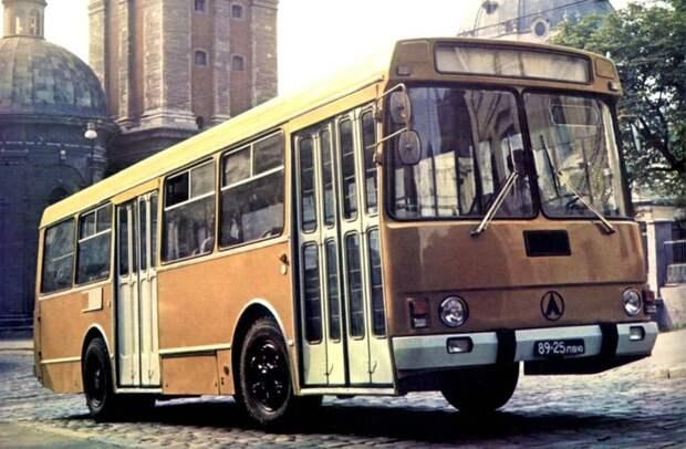 Как только ЛАЗ сделали городским общественным транспортом, он тут же стал желтым / Фото: yandex.com