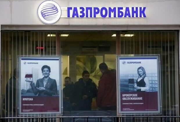 People visit a branch of Gazprombank in Moscow, Russia in this January 23, 2015 file photo. REUTERS/Maxim Zmeyev/Files