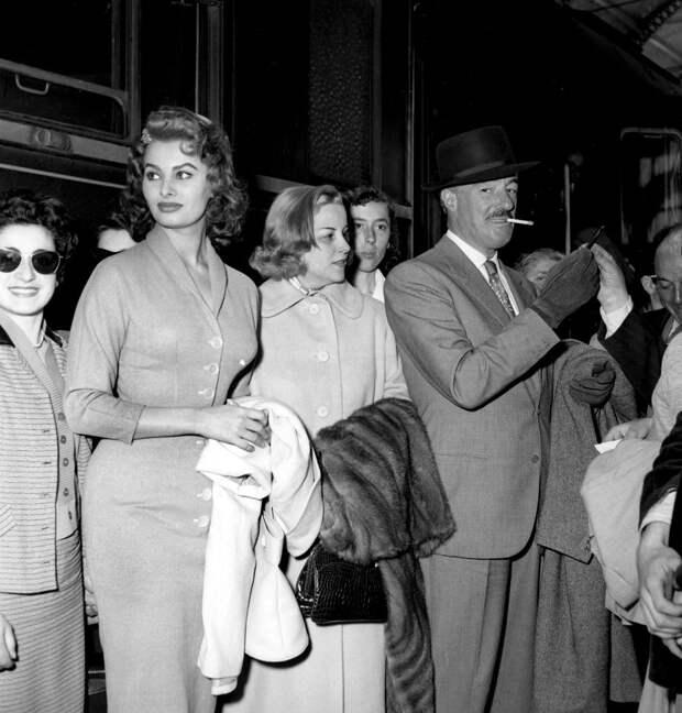 Софи Лорен и ее муж, итальянский режиссер Витторио Де Сика, на Каннском кинофестивале 1955 года.
