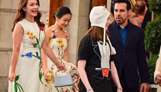 Одна наряднее другой: Кристин Дэвис и ее экранные «дочери» в цветочных платьях на съемках нового «Секса в большом городе»