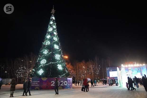 Новогоднюю ёлку на Центральной площади Ижевска начнут разбирать в конце января