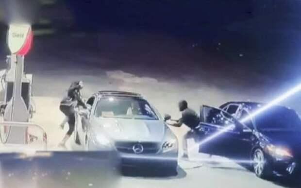 Спасая автомобиль от угона, девушка нырнула в окно