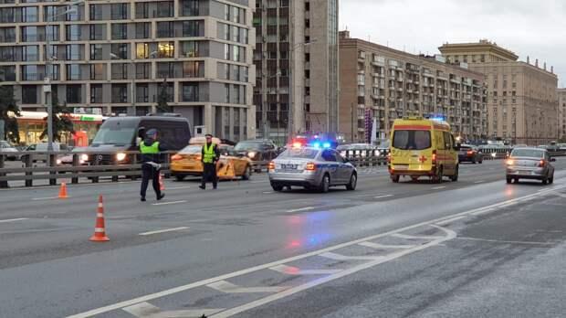 В Алексеевском лихач на Lada Priora насмерть сбил вышедшего из машины таксиста