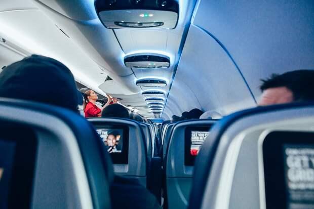 Стюардесса рассказала о причинах снятия членов экипажа с рейса