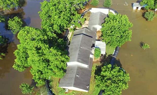 Мужчина начал строить забор из мешков под шутки соседей. Но скоро пошел дождь, и забор стал плотиной
