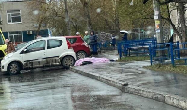 Молодой человек упал с балкона многоэтажки в Екатеринбурге