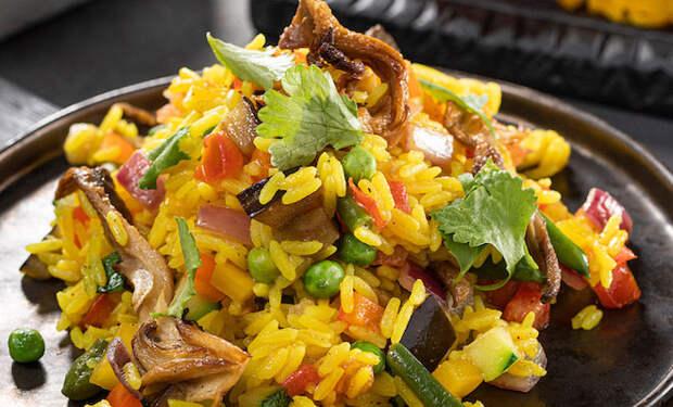 Смешали рис с вешенками и жарим на сковороде: вкусно без мяса