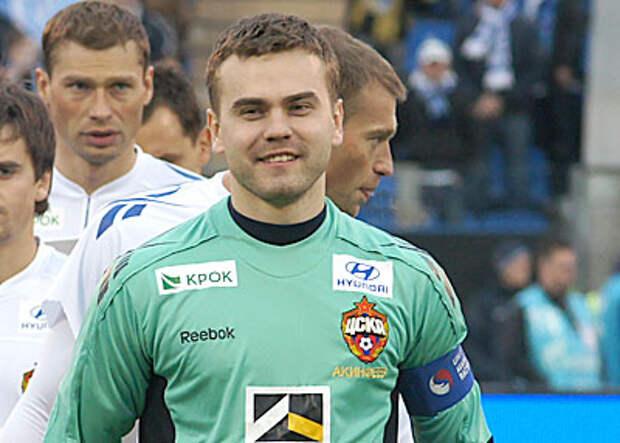 ЦСКА дважды реализовал численное преимущество и подтянулся к лидерам. Акинфеев рекорд отметил сухарем