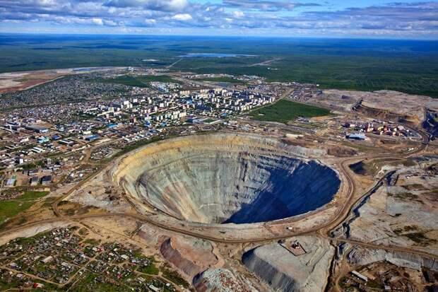6 эпичных фото алмазного карьера в России