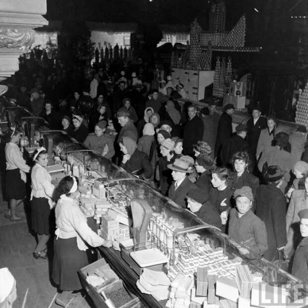 Фото открытых источников.   В послевоенном продуктовом магазине.