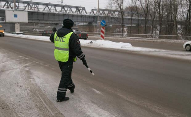 Инспектора ГИБДД под Новосибирском соблазнил водитель Mercedes