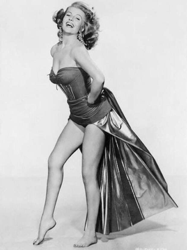 """Звезда 1940-х Рита Хейворт (Rita Hayworth ) ради успеха в Голливуде пошла на """"пластику"""" лица."""