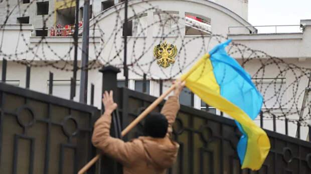 У российского консульства в Одессе собралась толпа радикалов с фаерами