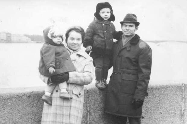 Андрей с родителями и сестрой | Фото: starhit.ru
