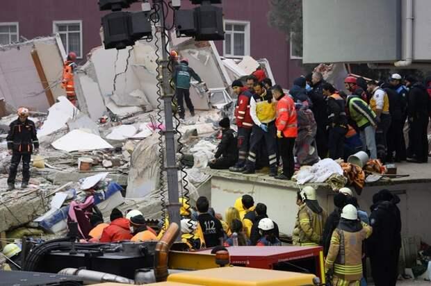Число погибших под завалами в Стамбуле достигло 14