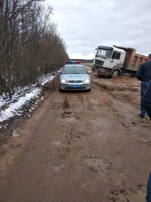 Аааа, влип очкарик! В Петербурге водитель самосвала сбрасывал мусор на обочину и застрял авто, быдло, грузовик, карма, мусор, свалка