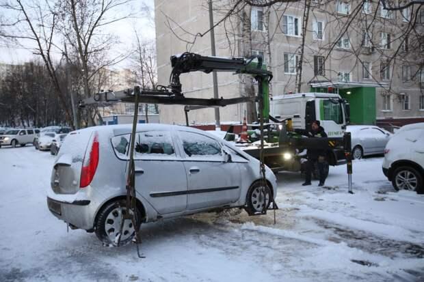Видео: в Отрадном у должника за «коммуналку» эвакуировали машину