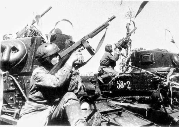 """советские танкисты на американских танках М3А1 в американской танковой форме и с американскими пистолетами-пулеметами """"Томпсон"""". все это было в 1 танке для советских воинов. даже в дуло закладывали бутылку виски  американцы нам"""