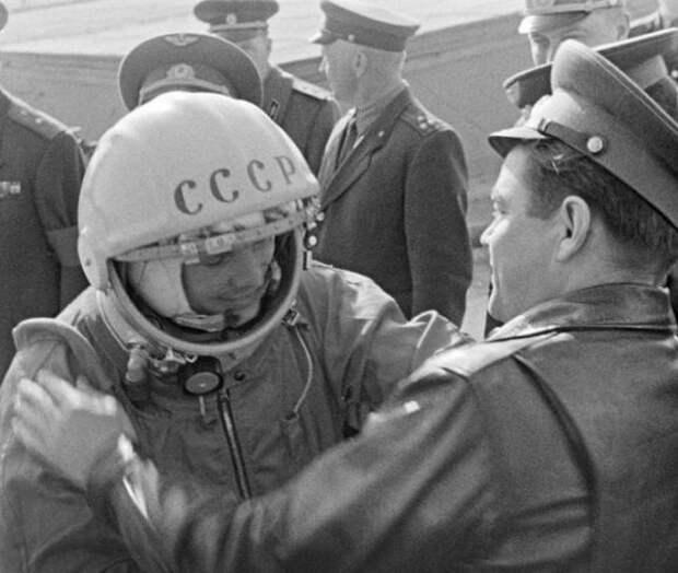 Какие инструкции были у Гагарина, если бы он приземлился в США
