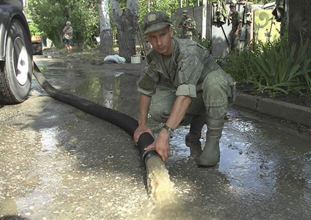 Военнослужащие армейского корпуса Черноморского флота продолжают оказывать помощь жителям города Керчь