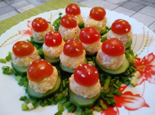 Рецепт одной из самых ярких и красочных закусок «Мухоморы»