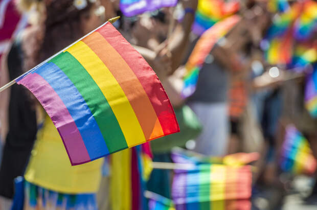 Число россиян, считающих гомосексуальность опасной,...