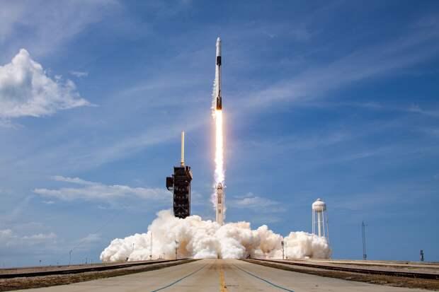 Компания Илона Маска впервые запустила в космос пилотируемый корабль