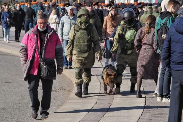 Репетиция парада проходит на Дворцовой с музыкой и туристами. «Фонтанка» рассказывает, как её посмотреть, не выходя из дома