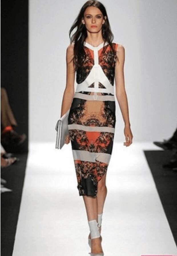 Платье чуть ниже колен, белая портупея, сумочка-клатч